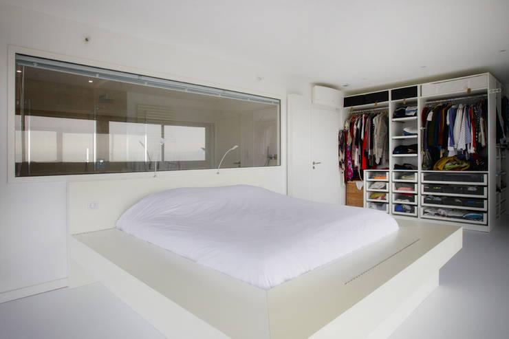 Rénovation d'une grange avec extension: Chambre de style de style Moderne par Optiréno