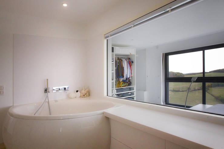 Rénovation d'une grange avec extension: Salle de bains de style  par Optiréno