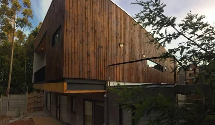 voladizo: Casas unifamiliares de estilo  por Manuel Herrera