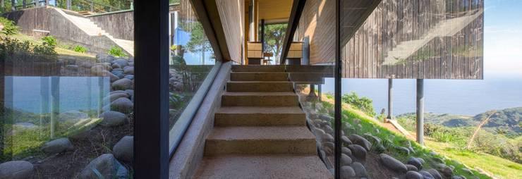 Casa Curaumilla: Escaleras de estilo  por Crescente Böhme Arquitectos