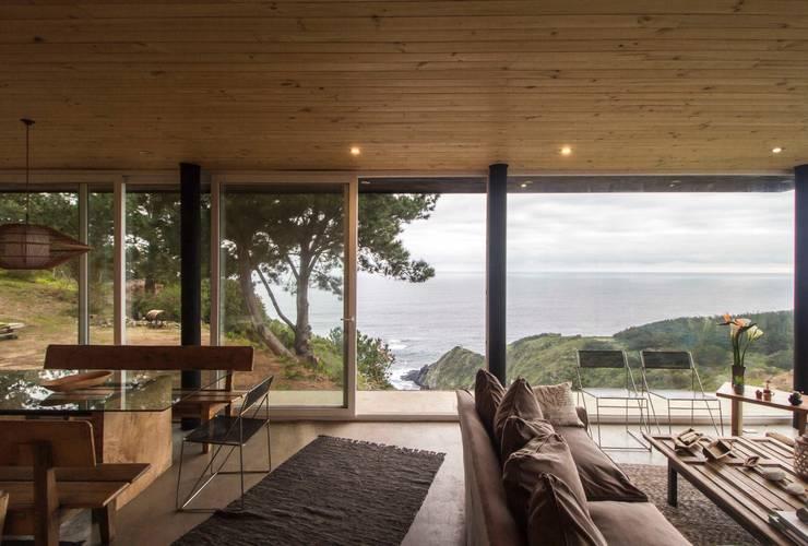 Casa Curaumilla: Livings de estilo  por Crescente Böhme Arquitectos