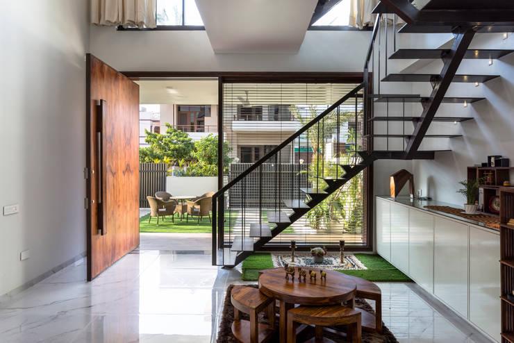 Sky Box House: modern Living room by Garg Architects