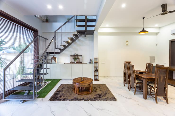 Sky Box House:  Living room by Garg Architects