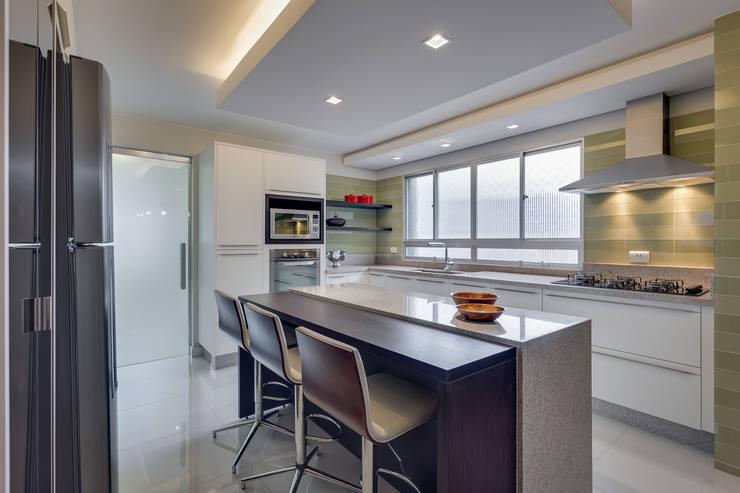 Nhà bếp by Angelica Pecego Arquitetura