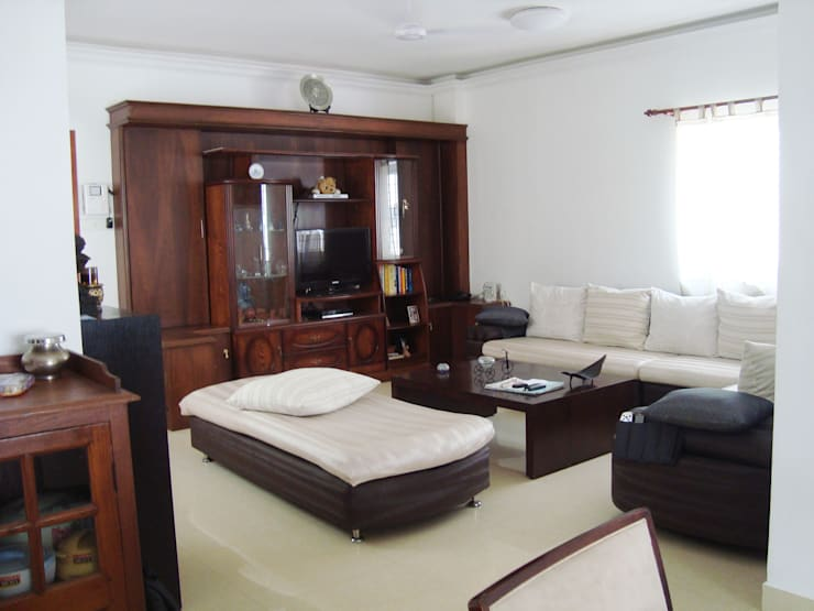 RESIDENT INTERIOR: classic Living room by Inshows Displays Private Limited