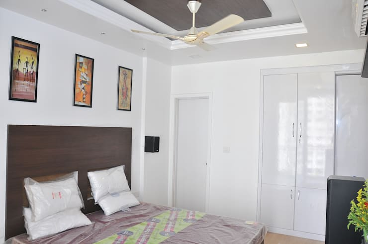 RESIDENT INTERIOR: classic Bedroom by Inshows Displays Private Limited