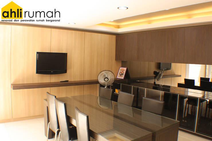Rumah Tinggal Bpk Yanto:  Ruang Keluarga by ahlirumah.id