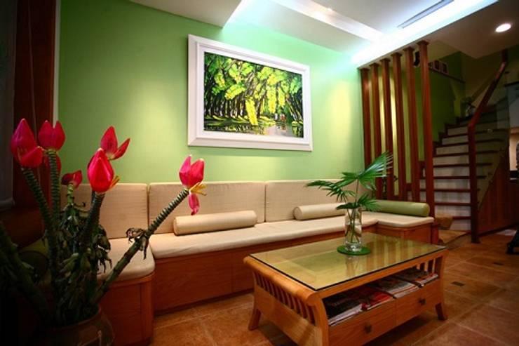 Ngạc Nhiên Với Thiết Kế Nhà Phố 26m2 Nhỏ Mà Vẫn Xinh:  Phòng khách by Công ty TNHH Xây Dựng TM – DV Song Phát
