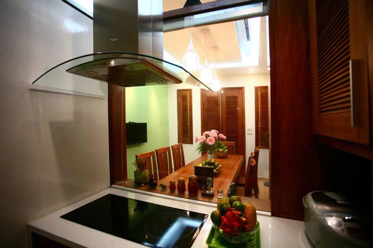 Ngạc Nhiên Với Thiết Kế Nhà Phố 26m2 Nhỏ Mà Vẫn Xinh:  Bếp xây sẵn by Công ty TNHH Xây Dựng TM – DV Song Phát