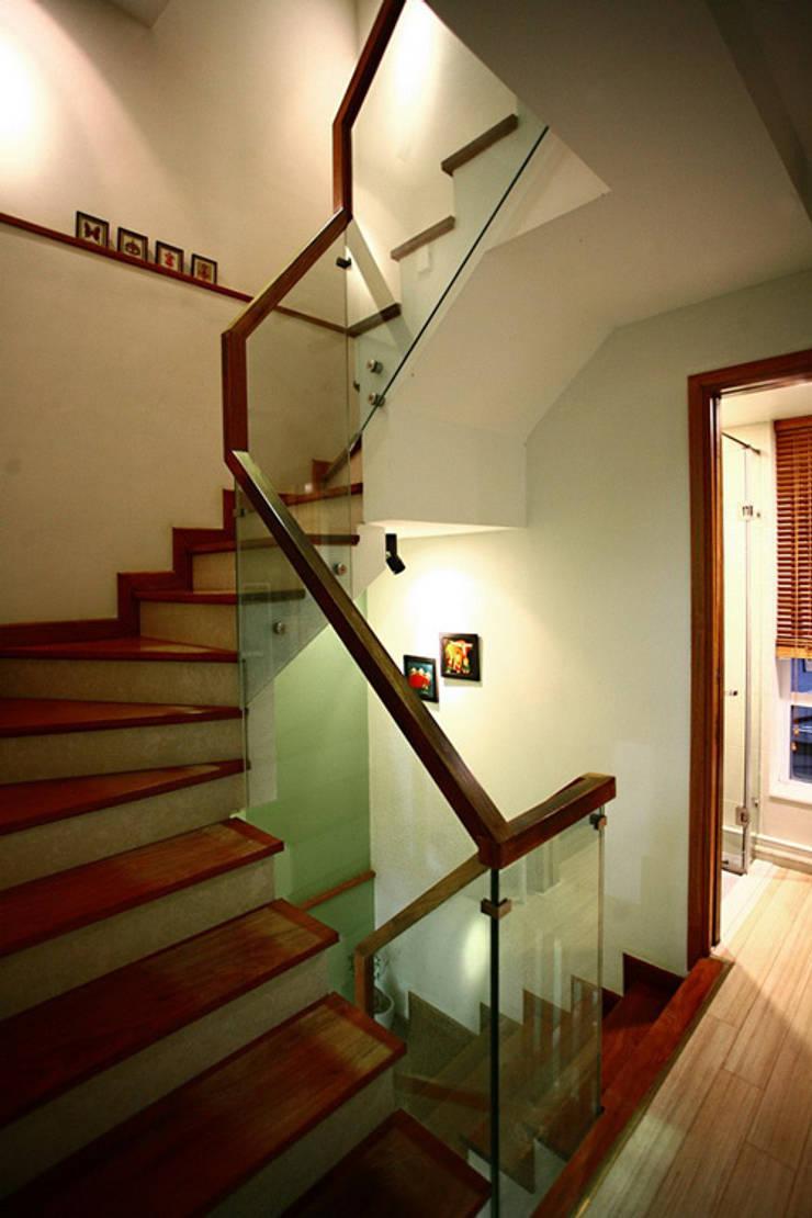 Ngạc Nhiên Với Thiết Kế Nhà Phố 26m2 Nhỏ Mà Vẫn Xinh:  Cầu thang by Công ty TNHH Xây Dựng TM – DV Song Phát