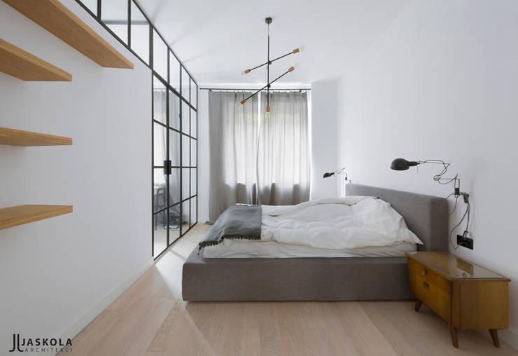 ogromne łóżko i ażurowa ściana: styl , w kategorii Sypialnia zaprojektowany przez JJJASKOLA ARCHITEKCI