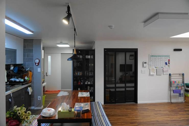 보조주방 및 현관: 건축그룹 [tam]의  다이닝 룸,모던 금속