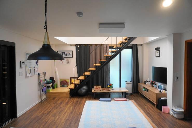 1층 거실: 건축그룹 [tam]의  거실,모던 금속