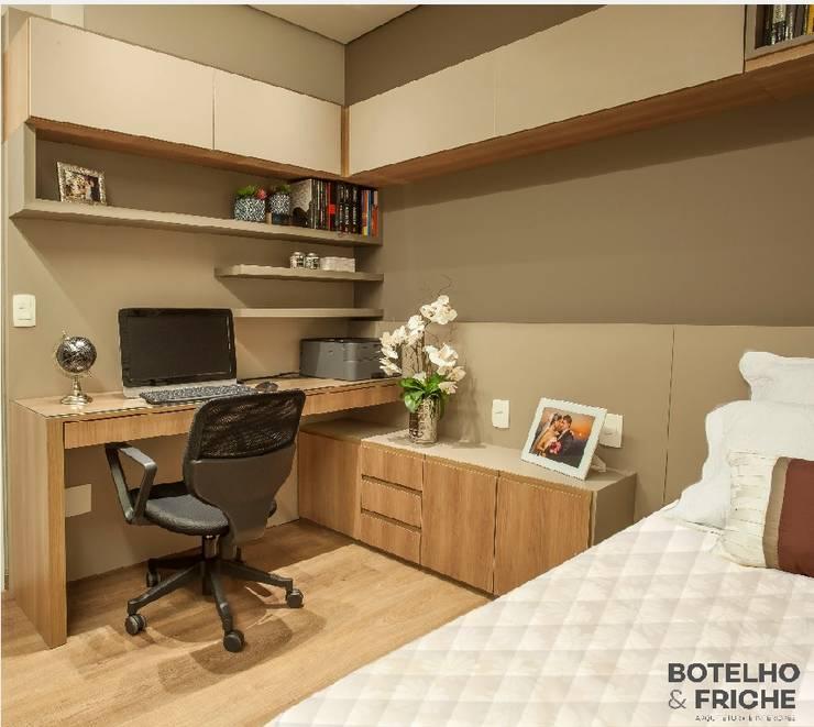 Escritório em casa com quarto de visitas: Escritórios  por Botelho e Friche arquitetura