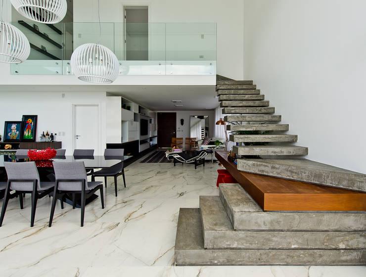 Escaleras de estilo  por Espaço do Traço arquitetura
