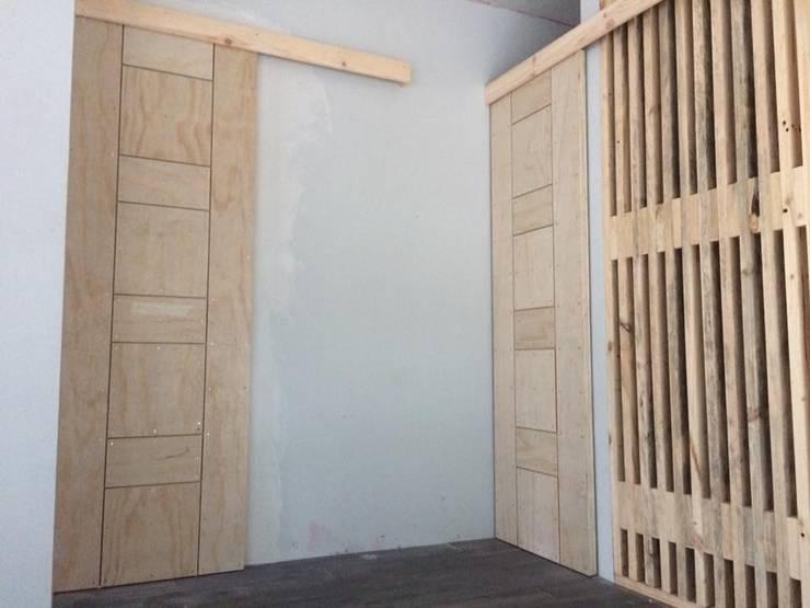 DETALLES: Puertas y ventanas de estilo  por Manuel Herrera