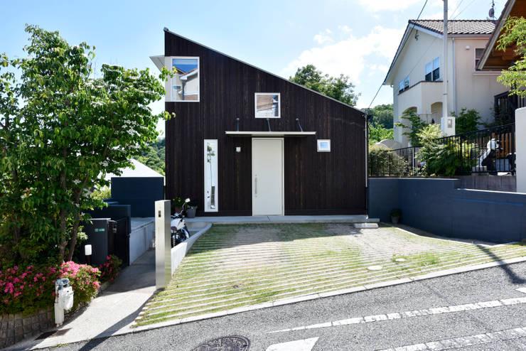 経年変化を楽しむ シンプルな片流れの外観: タイコーアーキテクトが手掛けた一戸建て住宅です。,モダン 木 木目調
