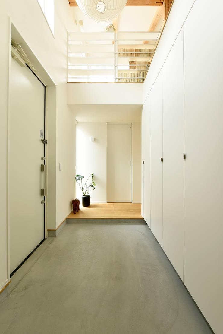 明るく開放感のある玄関吹き抜け: タイコーアーキテクトが手掛けた廊下 & 玄関です。,モダン