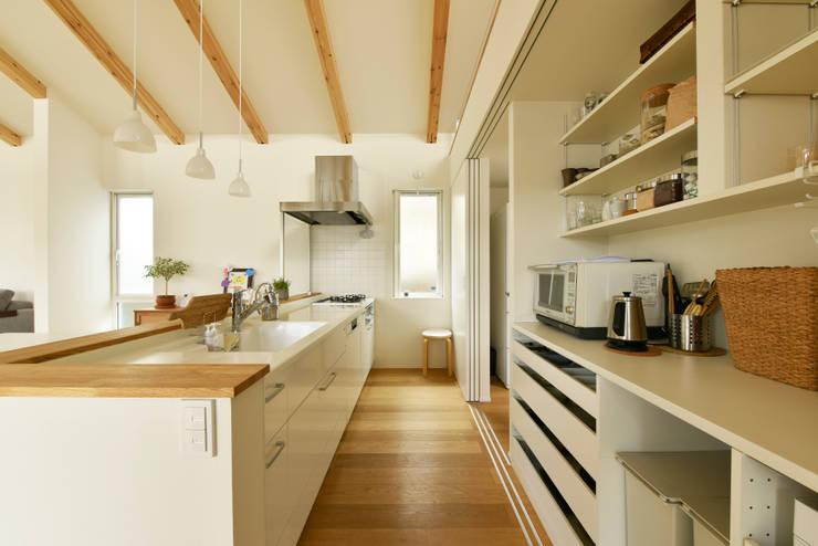 3枚引き戸で仕切ったキッチン収納: タイコーアーキテクトが手掛けたキッチン収納です。,モダン