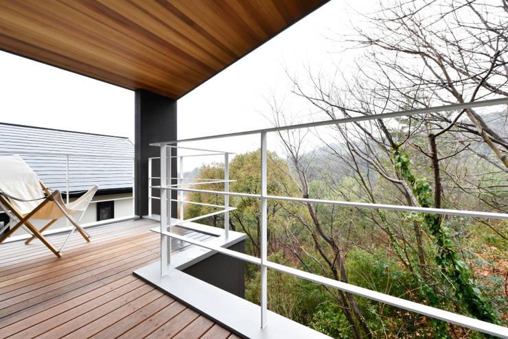 自然豊かな渓谷に面したロケーションを望むバルコニー: タイコーアーキテクトが手掛けたテラス・ベランダです。,モダン