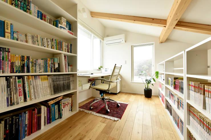 ロフトに設けたご主人の独房: タイコーアーキテクトが手掛けた書斎です。,モダン