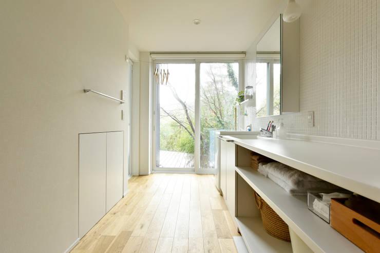 清潔感と開放感あふれるサニタリールーム: タイコーアーキテクトが手掛けた浴室です。,モダン
