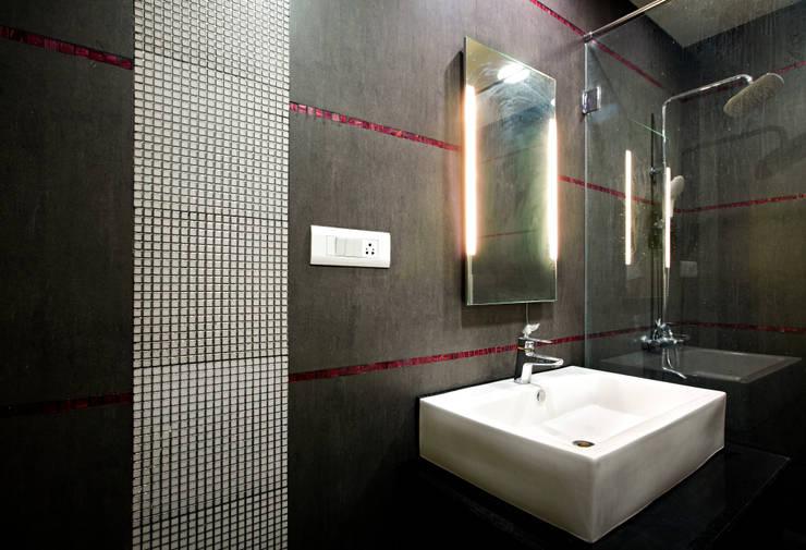 SREENI RESIDENCE:  Bathroom by ALEX JACOB ARCHITECT