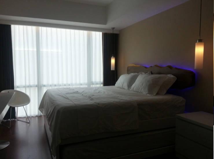 Mrs. Anita's Residence:  Kamar Tidur by ANJARSITEK