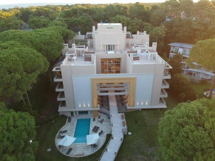 BOREAS CARILÓ: Casas multifamiliares de estilo  por Estudio Schulz,