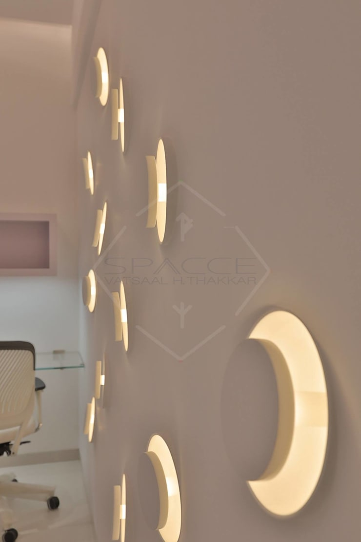 TAO..pure emptiness:  Walls by SPACCE INTERIORS,Modern