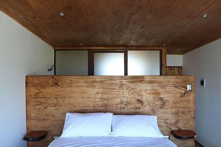 Vivienda Hostal La Mai: Dormitorios de estilo  por Kimche Arquitectos