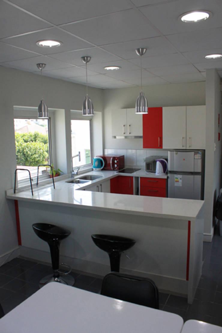 cocina: Espacios comerciales de estilo  por IDEAfactory