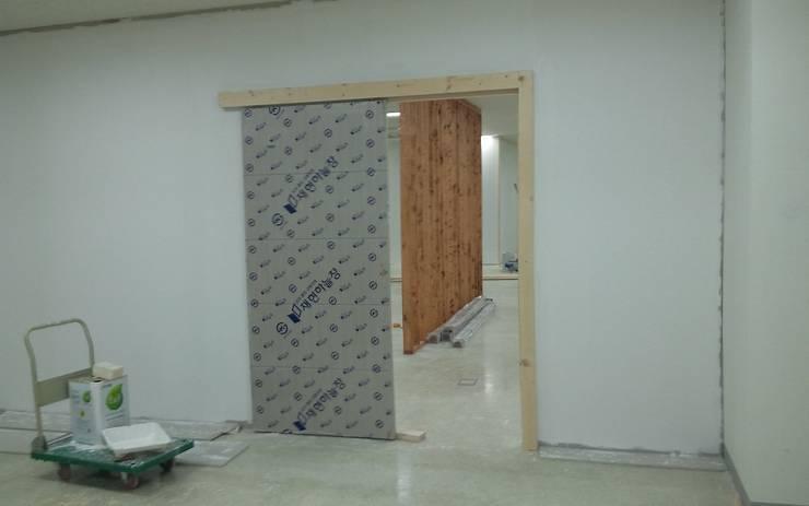 사무실 부서별 구획나누기 인테리어, 가벽: 나무의 노래의  ,