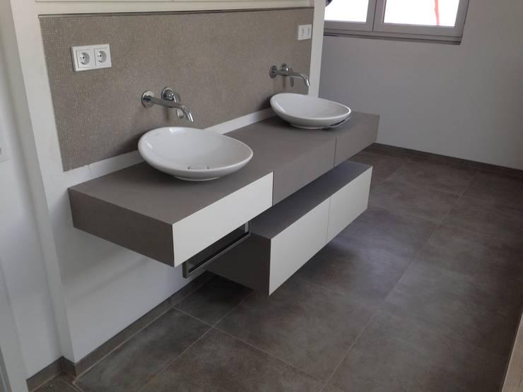 Waschtisch weiß lackiert/ betongespachtelt inkl. Spiegelschrank:  Badezimmer von GERBER Ingenieure GmbH