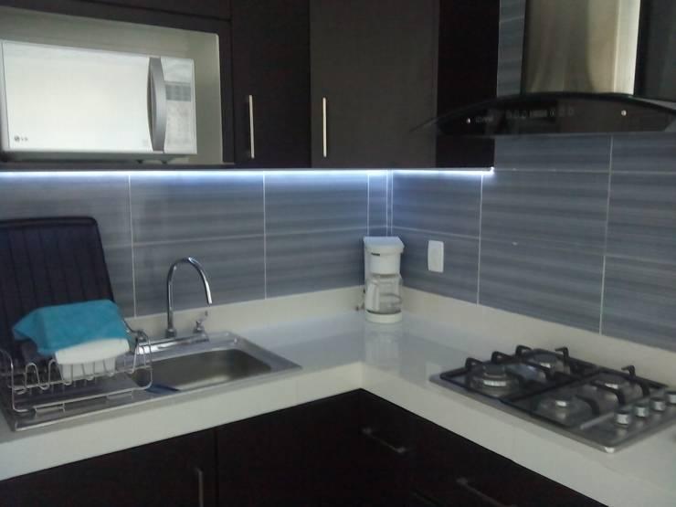 Iluminación en Cocina Integral: Muebles de cocinas de estilo  por Maref Arquitectos