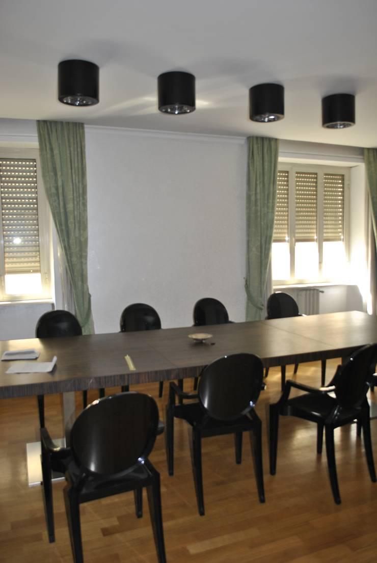 Sala multimedia de estilo  por Antonella Petrangeli,