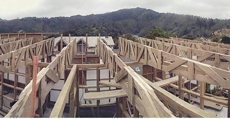 CUCA HOUSE: Techos inclinados de estilo  por Manuel Herrera