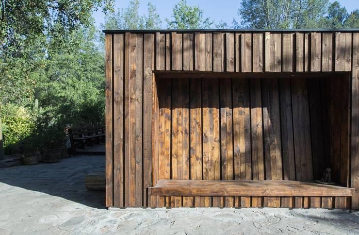 Casa envuelta en madera: Cabañas de estilo  por Crescente Böhme Arquitectos