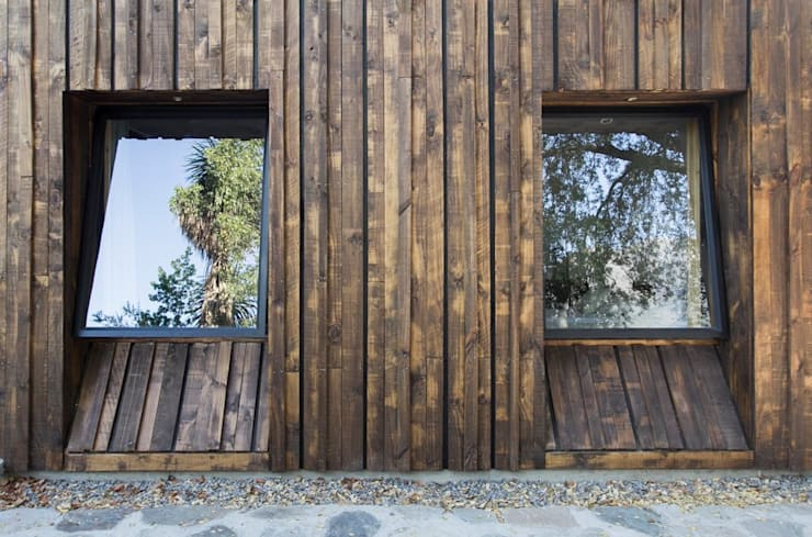 Casa envuelta en madera: Ventanas de madera de estilo  por Crescente Böhme Arquitectos