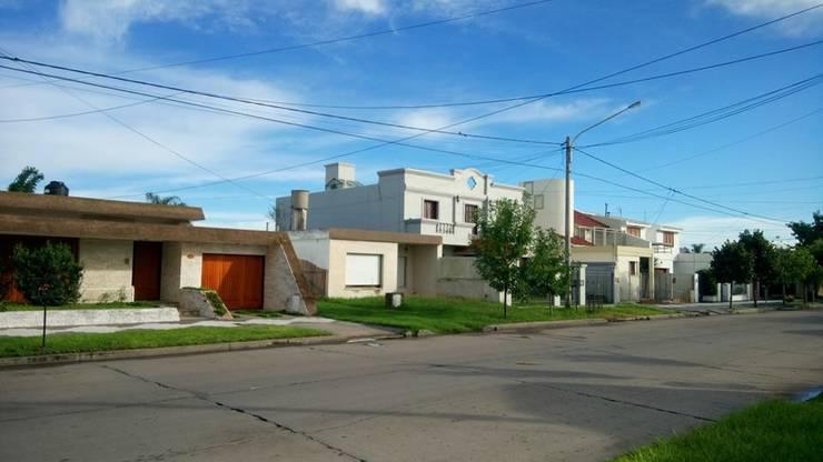 VIVIENDA UNIFAMILIAR PRE EXISTENTE: Casas multifamiliares de estilo  por PRIGIONI Arquitectura y Diseño,