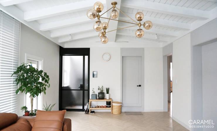 거실: 카라멜 디자인 스튜디오의  거실