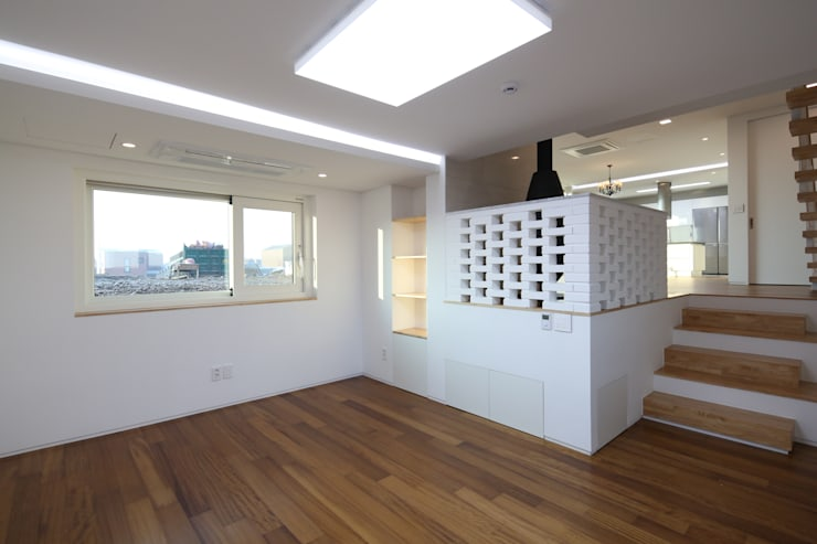 Modern living room by 인문학적인집짓기 Modern