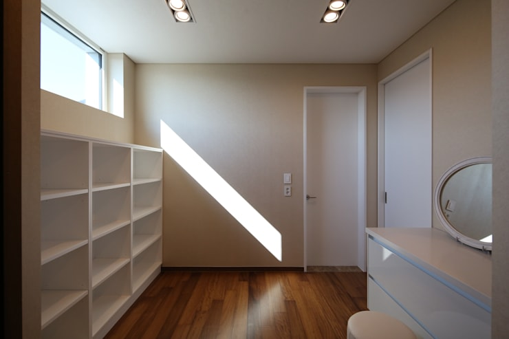 Modern dressing room by 인문학적인집짓기 Modern