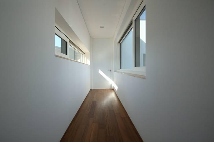 Modern corridor, hallway & stairs by 인문학적인집짓기 Modern