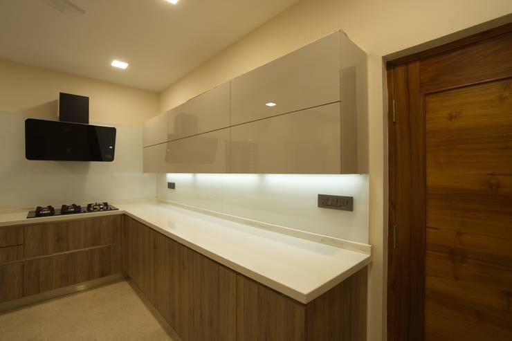 kitchen supplied by veneta cuccina:  Kitchen by Hasta architects