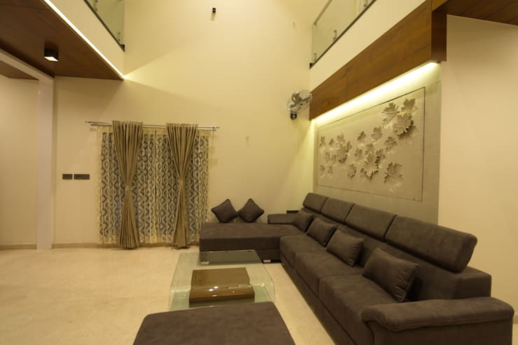 Living room:  Media room by Hasta architects