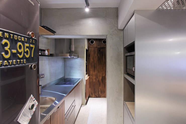 高雄衛武營公寓住宅 - 廚房設計:  置入式廚房 by 森畊空間設計