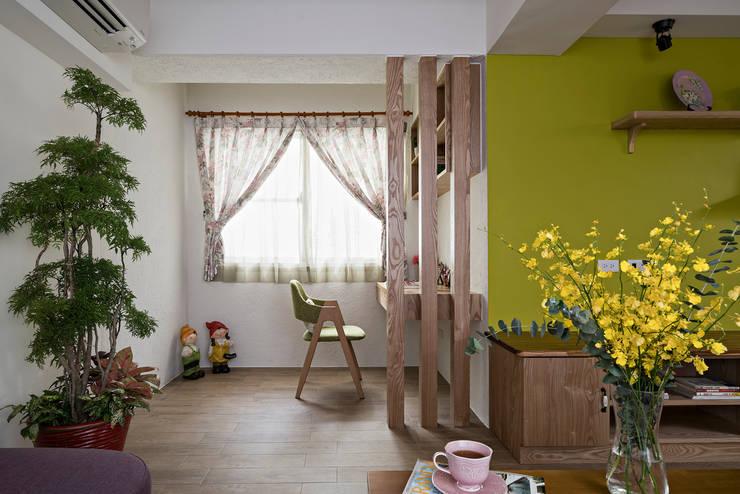 市區45年老屋華麗轉身 恬靜鄉村風:  書房/辦公室 by 采荷設計(Color-Lotus Design)