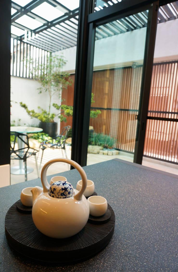 住宅設計 / 魏公館:  陽台、門廊與露臺 by 沐築空間設計
