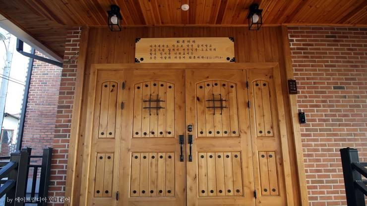 부여 석동리 전원주택 / Exterior: 에이프릴디아의  현관문,컨트리